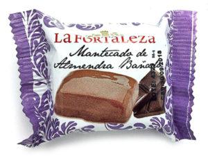 Imagen de mantecado de almendra bañado en chocolate tradicional La Fortaleza