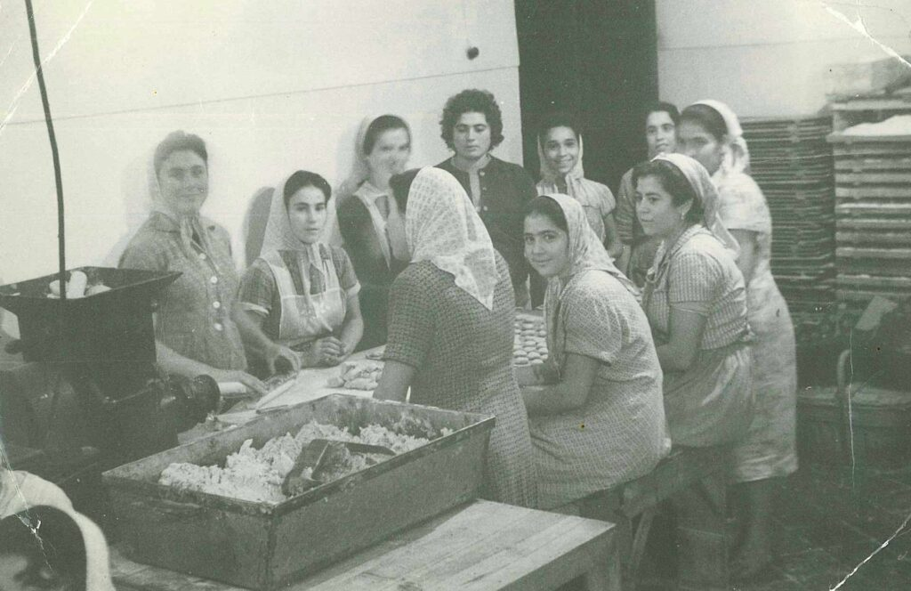 mujeres en antigua fabrica de la fortaleza